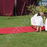 Attention ! Le grand jour est arrivé. Les enfnats déroulent le tapis rouge.