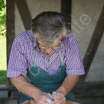 Alain Remy tourne une poterie.