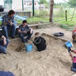 Les archéologues en herbe effectuent une fouille encadrés par Jean-Baptiste