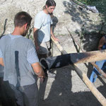Précautions prisés pour hisser les poteaux dans les trous.
