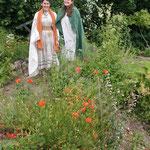 Marie et Julie font découvrir les plantes du jardin carolingien au public
