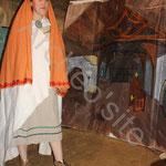 Pour se venger Clotilde invite la favorite à ramasser le médaillon maudit