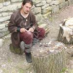 Sébastien confectionne quelques objets utilitaires et outils en os