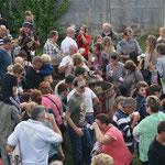 Les nombreux visiteurs se munissent de gobelets.