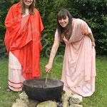 Deux charmantes romaines mitonnent un bon plat à la manière d'Apicius