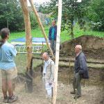 Examen du chantier par les architectes et M. Laude, archéologue, spécialiste de la reconstitution d'habitat rural.