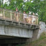 У пос. Красный Мост часть группы пошла в деревню за клеем и продуктами