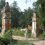 Ворота на дороге к храму