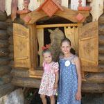 У домика Бабы Яги - в зоопарке предлагают проводить даже Дни рождения - вот и антураж для игровой программы.