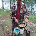 Алексей Степанов жарит рыбку