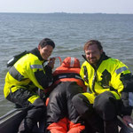 Manuelle Tiefenmessung im flachen Wasser © Freiwillige Feuerwehr Cuxhaven-Duhnen