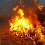 Die Fackeln der Kinder haben das Osterfeuer entzündet © FF-Duhnen