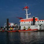 Die Rettungsboote am Anleger der Herman Helms / © Freiwillige Feuerwehr Cuxhaven-Duhnen