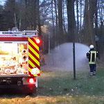Das Stickenbütteler TLF hat mit der Brandbekämpfung begonnen © FF. Duhnen