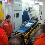 Martin erläutert die Krankentrage © Freiwillige Feuerwehr Cuxhaven-Duhnen