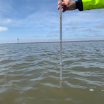 Gut 30 Minuten vor Niedrigwasser. Trotz ablandigem Wind und Minus 10 cm Tide immer noch gut 70 cm Wasser im Duhner Priel © FF.Cuxhaven-Duhnen