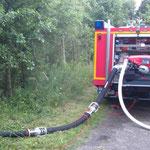 Das TSF-W mit verlegter Saugleitung zum Graben / © Freiwillige Feuerwehr Cuxhaven-Duhnen