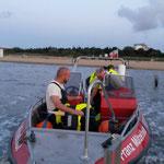 Auf der Fahrt zum Einsatzort werden die Überlebensanzüge angelegt / © Freiwillige Feuerwehr Cuxhaven-Duhnen