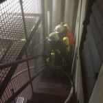 Jetzt gilt es diese über den Treppenaufgang ins Freie zu befördern und an den Rettungsdienst zu übergeben /  © Freiwillige Feuerwehr Cuxhaven-Duhnen