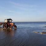 """Rückkehr zum Strand im Hintergrund Segelschulschiff """"Mir"""" © FF.Cuxhaven-Duhnen"""