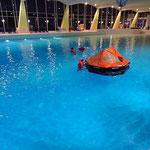 Drehen und Entern des Floßes bei ruhiger See © FF.Cuxhaven-Duhnen