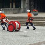 Herstellen der Schlauchverbildung von der B-Haspel© Freiwillige Feuerwehr Cuxhaven-Duhnen