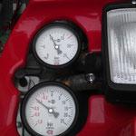 Die Manometeranzeigen für Ein- und Ausgangsdruck / © Freiwillige Feuerwehr Cuxhaven-Duhnen