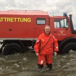 MP. Stephan Weil vor dem Wattrettungsunimog der Berufsfeuerwehr im Watt vor Duhnen © FF.Cuxhaven-Duhnen