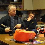 Martin Brütt erläutert eine Rettungsweste © FF.Cuxhaven-Duhnen