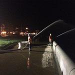 Wasserabgabe über 1 B- und 1 C- Strahlrohr /  © Freiwillige Feuerwehr Cuxhaven-Duhnen