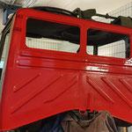 Vor der Montage der instand gesetzten Pritsche mußte die Rückwand der Kabine lackiert werden  © FF.Cuxhaven-Duhnen