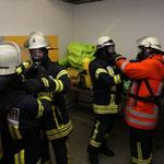 Gegenseitiges Anschließen der Lungenautomaten © Freiwillige Feuerwehr Cuxhaven-Duhnen