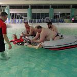 Einbringen eines Verletzten ins Boot © FF.Cuxhaven-Duhnen