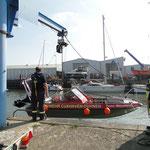 Mit dem Kran der DLRG wird die Mützelfeld aus dem Schleusenpriel gehoben / © Freiwillige Feuerwehr Cuxhaven-Duhnen