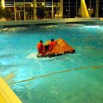 Die Mannschaft hat das Schiff verlassen und wartet im Rettungsfloß © FF.Cuxhaven-Duhnen