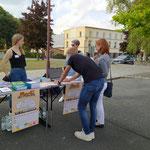 """Gäste testen den Wahl-O-Mat am Stand des Organisationsteams, an dem es auch kostenfreie Info-Broschüren der """"Landeszentrale für politische Bildung"""" gab"""