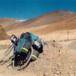au Tibet, contre un tas de sable des cantonniers (réparation quotidienne après passage des camions)