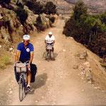 mon vélo (avec moi dessus) sur une piste du Moyen Atlas