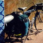 à la fin du voyage, mon vélo à Marrakech (vue arrière); bonjour, la poussière de l'Atlas!