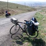 une pause dans la montée sur le plateau anatolien; à remarquer, la dynamo dans l'axe de la roue avant, les 2 sacoches latérales de 23 litres, la sacoche de guidon, la pompe et les 3 porte-bidon soit 40 kg au total
