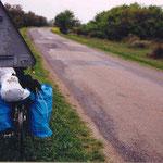 en Camargue en 2000; sur le montant du panneau, les logos du GR et du chemin de St Jacques