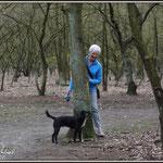 Zoals steeds doet een hond net niet wat je wil als je op wandel bent ! Zoals die keer dat je langs deze kant van de boom wil passeren en hij natuurlijk de andere kant wil nemen. Ga je dan terug of volg je je hond, of nee toch niet dan maar !