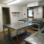 Küche mit Bräter und Gastrobackofen