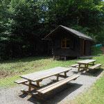 Hütte mit Sitzgruppe