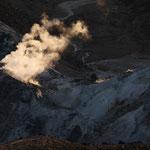 朝日に映える硫黄山