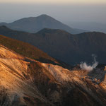 硫黄山と湧蓋山(後方)