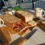 Wir haben ein Brot erfunden indem die Kirschmarmelade schon drinnen ist. Extra Kirschen ?  Sind auch schon drin.
