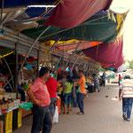 Der Obst- und Gemüsemarkt ist über 200m lang
