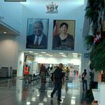 Die Regierung wird verehrt, Port of Spain Airport / TRINIDAD