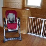 Kinderstuhl und Schutzgitter für die Treppe